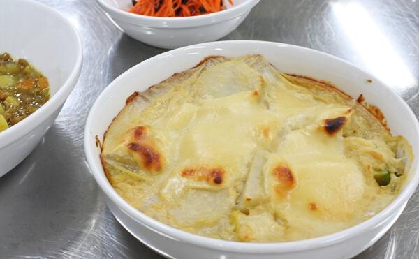 里芋とアボカドのチーズ風グラタン