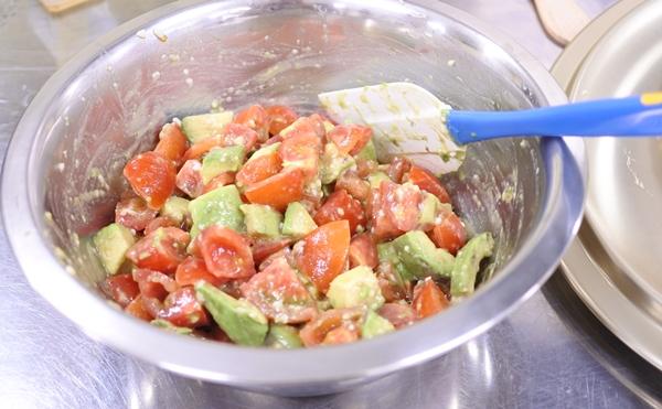 アボカドとフルーツトマトのサラダ