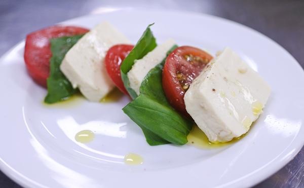 豆腐チーズとトマトのカプレーゼ